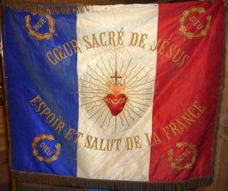 Marciac église NDA bannière Patrie et Coeur Sacré comp