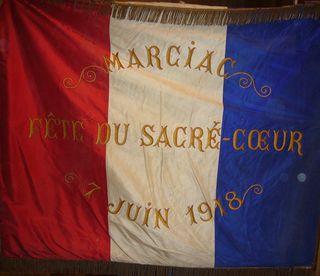 Marciac église NDA bannière Patrie et Coeur Sacré recto