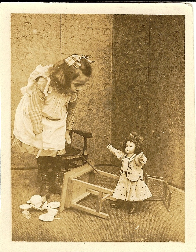 19 3 1 photo la poupée renverse la table