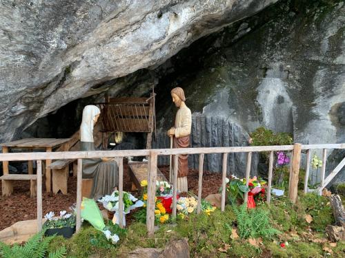 Crèche 2 sanctuaire de Lourdes grotte